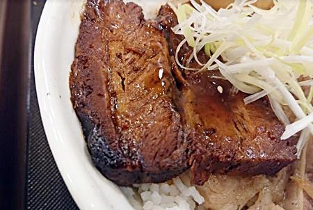 松屋「牛と味玉の豚角煮丼」2019年9月10日実物3